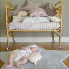 Alfombra habitacion bebe http://www.mamidecora.com/habitaciones-infantiles-bebe-bel-and-soph.html