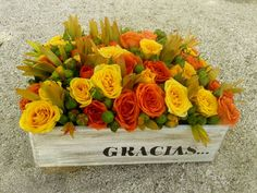 Arreglo floral de minirosas en caja de madera personalizada.