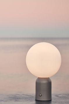 De Pica tafellamp van Bolia zorgt ervoor dat jij niet meer in het donker zit op een late zomeravond. Perfect voor bij diners in de tuin doordat hij dimbaar is. Je kunt het dus zo gezellig maken als je wilt! Het is een ontwerp van Joa Herrenknecht. #bolialamp #boliatafellamp #tuininspiratie #verlichtingtuin #sfeerverlichting #bollelamp #tafellamp #tuinverlichting #zomeravonden #zomeravondtuin Light Bulb, Lighting, Home Decor, Decoration Home, Room Decor, Light Globes, Lights, Home Interior Design, Lightning