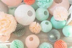 Lanternes, boules alvéolées et pompons couleur argent, pêche / mandarine, et vert mint