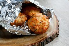 Préchauffer le four à 375 °F. Graisser soigneusement un moule à muffins pour éviter que le fromage n'adhère aux parois...