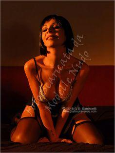Mirea modella laziale disponibile per servizi fotografici in topless, di nudo artistico, integrale, met-art, nudo erotico, bondage, bodypainting, glamour e lingerie sexy.
