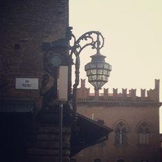 Lampione in stile liberty fra piazza Nettuno e via Rizzoli  IDEAZIONE E REALIZZAZIONE RESTAURO LAMPIONE D'ANGOLO DI PALAZZO RE ENZO - BOLOGNA - VALORIZZAZIONE OPERA D'ARTE Bologna / Italia / 2011 architetto FRANCISCO