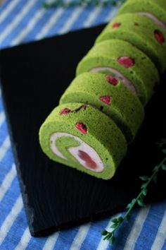 Sakura and Matcha roll cake Green Tea Dessert, Matcha Dessert, Matcha Cake, Dessert Drinks, Desserts, Japanese Roll Cake, Jelly Roll Cake, Cake Roll Recipes, Green Tea Ice Cream