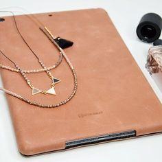 Die schönsten Accessoires: Parfüm, Schmuck & unsere Cognac-Vintage iPad Pro Hülle! #stilgut #ipad #perfume #lifestyle #brown #eyeshadow #bracelet #jewelry #girl