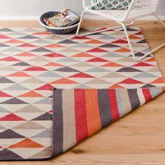 Teppich Barli // 189 - 400 // Möchten Sie Ihren Boden lieber mit Streifen oder Dreiecken dekorieren? Sie können sich jeden Tag neu entscheiden, da unser Teppich Barli ein zweiseitiges Design besitzt. Der von Hand gewebte Teppich besteht aus bester Schurwolle und Baumwolle und vereint die Webtraditionen Indiens mit dänischen Designansprüchen.