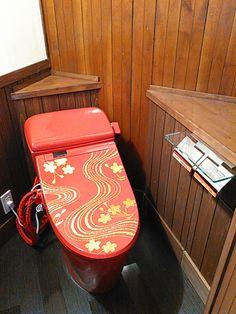 日光にオープンする大正ロマン風な雰囲気の「日光プリン亭」のトイレ。BIDOCORO「朱赤の行」。 Bathroom Interior Design, Suitcase, Briefcase