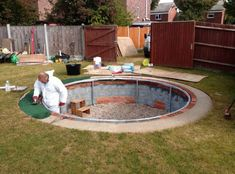 Top 10 DIY Pool Ideas and Tips 2 - Pools & Spas - 1001 Gardens Summer comes with its warmth and you would like to cool off in a swimming pool? Here, 10 examples of easy DIY pools to make with a limited budget. Homemade Swimming Pools, Homemade Pools, Big Swimming Pools, Building A Swimming Pool, Inground Pool Diy, Diy Pool, Pool Spa, Trampolines, Underground Trampoline