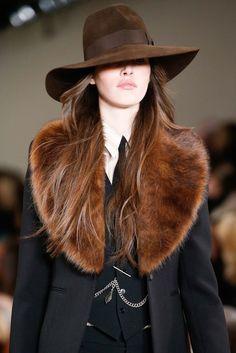 FEDORA Sombrero de fieltro suave o terciopelo de corona baja arrugada longitudinalmente, con un ala que se puede girar hacia arriba o abajo, y con un lazo alrededor de la base de la corona.