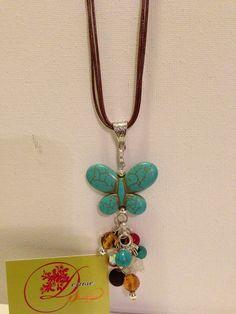 photo (48) collar en cordones de cuero brown con mariposa en piedra turquesa y piedras en colores.