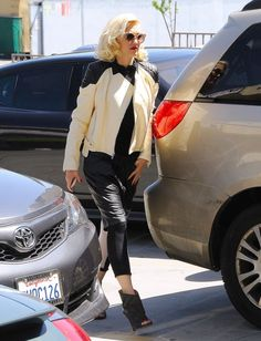gwen-stefani-fashion-acupuncture-clinic-in-los-angeles-april-2015_4
