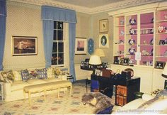 Diana at Kensington Palace. http://www.princess-diana-remembered.com/uploads/5/3/3/5/5335384/dianas_apartment_desk2-001.jpg
