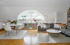 wohnideen dach wohnzimmer gewölbtes fenster sofa tisch
