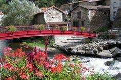 Saint-Floret membre des Plus Beaux Villages de France longe la rivière de la Couze Pavin. www.issoire-tourisme.com