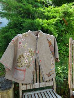 New embroidery fashion diy colour ideas Embroidered Clothes, Embroidered Jacket, Embroidery Monogram, Embroidery Designs, Diy Embroidery, Diy Clothing, Sewing Clothes, Clothing Styles, Altering Clothes