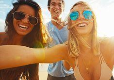 Reporter unter Palmen - Titelbild Jobausschreibung    Werde Reporter unter Palmen! Mirrored Sunglasses, Sunglasses Women, Pilot, Fashion, Dream Job, Vacation, Pictures, Moda, La Mode