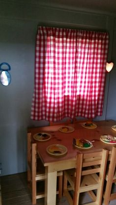 Child's table w/6 chairs