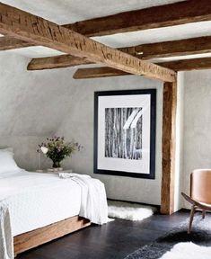 Простая и чистая спальня на чердаке, которая симпатична и уютна.