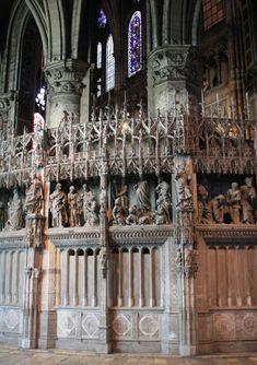 Cathédrale Notre-Dame de Chartres oeuve majeure de l'art gothique. Construite à l'emplacement de l'ancien édifice roman, le chantier a été mené en à peine 30 ans. La façade O a conservé toutefois des vestiges romans dont le portail, la base des clochers et la colossale fléche S qui approche des 110m. Le style gothique n'est pas encore fixé à cette époque et Chartres représente une étape importante dans son évolution.