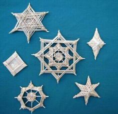 Snow flakes Reverse God's Eye Ornaments - Designed by Doris Johnson, Taught by Gladys Brockway Photo by Joan Dulcey Weaving Projects, Weaving Art, Holiday Ornaments, Holiday Crafts, Snowflake Ornaments, God's Eye Craft, Los Dreamcatchers, Straw Art, Catcher