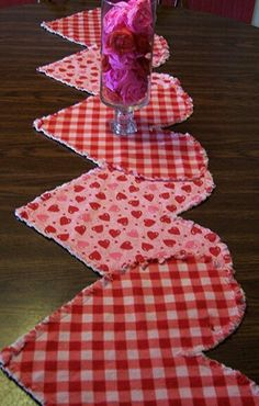 Romantic table decoration ideas for Valentine& Day 4 UR Break - magazine for family ins . - Romantic table decoration ideas for Valentine& Day 4 UR Break – magazine for family inspira - Valentines Day Decorations, Valentine Day Crafts, Love Valentines, Holiday Crafts, Holiday Tree, Valentine Heart, Fabric Crafts, Sewing Crafts, Sewing Projects