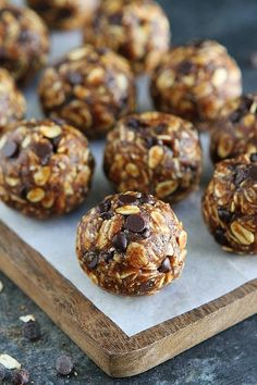 If You Like All Things Pumpkin Chocolate Chip, You Will Love These Easy, No-Bake Pumpkin Energy Balls. They Only Take A Few Minutes To Make And Are The Perfect Healthy Treat For Fall! These energy balls make a great grab and go breakfast for kids! Fall Recipes, Snack Recipes, Dessert Recipes, Pumpkin Recipes No Bake, Healthy Sweets, Healthy Baking, Healthy Pumpkin Desserts, Healthy Snacks, Healthy Granola Bars
