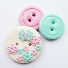 Poly or clay buttons knof Polymer Clay Miniatures, Polymer Clay Creations, Polymer Clay Crafts, Diy Clay, Polymer Clay Earrings, Button Art, Button Crafts, Crafts To Sell, Diy And Crafts