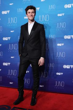 Shawn Mendes Photos Photos - Shawn Mendes arrives on the red carpet before the JUNO awards at the Canadian Tire Centre in Ottawa, Ontario, on April 2, 2017. / AFP PHOTO / Lars Hagberg - 2017 Juno Awards Broadcast - Arrivals