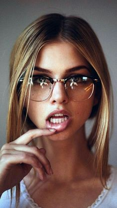 Aesthetic Cute Girls Fashion Inspo Jewelry Outfit Ideas Streetwear Vintage Old -. - Aesthetic Cute Girls Fashion Inspo Jewelry Outfit Ideas Streetwear Vintage Old - - ? Cute Glasses, Girls With Glasses, Girl Glasses, Blonde With Glasses, Glasses Frames, Portrait Photos, Portrait Photography, Girl Face, Woman Face