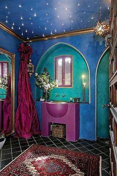天井の星みたいな照明とカーテン。奥に隠したいものとか収納できそう。床の斜めタイルもかわいい。