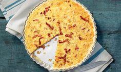 Die Quiche ist ein beliebter Klassiker der französischen Küche. Grundlage ist ein Mürbeteig, der mit Zwiebeln, Speck, Eiern und Milch gefüllt wird. Quiches, Pizza, Food And Drink, Veggies, Breakfast, Hot, Desserts, Recipes, France