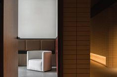 In the lobby, the tiles are combined with crisp white walls and dark walnut wood. Yellow Tile, Pink Tiles, Zaha Hadid, Wooden Facade, Chinese Interior, Earthy Color Palette, Bauhaus Style, Leather Headboard, Chengdu