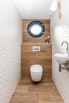 Wc avec carrelage imitation bois et carrelage blanc en relief Wc with imitation wood tile and white tiled floor