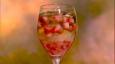 Clinton Kelly's Strawberry Basil Spritzer from The Chew. Only 111 calories! Use less basil by rubbing/tearing/slapping it to release the oils. Wine Spritzer Recipe, White Wine Spritzer, Dessert Drinks, Fun Drinks, Yummy Drinks, Alcoholic Beverages, Refreshing Drinks, The Chew Recipes, Healthy Recipes