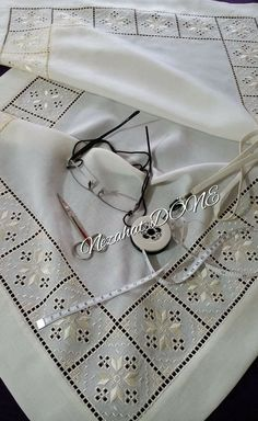 Carolina Ruiz Carrasco's media content and analytics Types Of Embroidery, Learn Embroidery, Embroidery Patterns Free, Cross Patterns, Embroidery Thread, Floral Embroidery, Embroidery Designs, Bookmark Craft, Drawn Thread