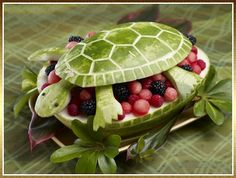 pictures of food carved to look like fantasy animals | Sculpture animalière sur fruits et légumes