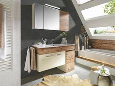 Naturgetreues Badezimmer mit Spiegelschrank und Waschbeckenunterschrank