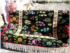Folk Embroidery, Bucharest, Pattern Art, Romania, Handicraft, Projects To Try, Traditional, Blanket, Rugs