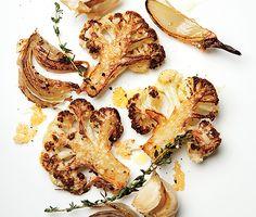 1 cabeça de couve-flor, 4 dentes de alho 1 cebola média,4 raminhos de tomilho, 1 pimenta do reino, moída na hora, 1 sal Kosher , 3 colheres de sopa de azeite, 1/2 xícara queijo parmesão ralado Preaqueça o forno a 425 ° F. Corte uma cabeça de couve-flor em floretes e misture em uma grande assadeira 35-40 minutos. Polvilhe com 1/2 xícara de parmesão ralado, misture, e asse até que a couve-flor esteja macia, 10-12 minutos a mais.