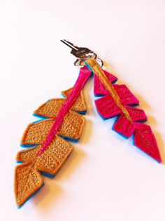 Lovely eco-spun feather shaped Key Chain, fits lovely in the hand, and makes your keys super cute too! listing is for one individual feather. Vintage Marketplace, Key Chain, Applique, Feather, Felt, Crafty, Make It Yourself, Shapes, Christmas Ornaments