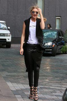 look gigi hadid calça de couro colete longo sandália de tiras