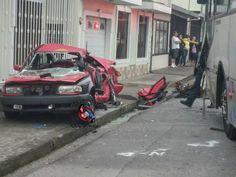 Aparatoso accidente entre bus y taxi deja un muerto en Cartago