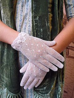 Crocheted gloves~free pattern. I love the little solid dots in these cute gloves.