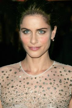 Gorgeous woman = natural beauty + genuine smile. Her name? Amanda Peet