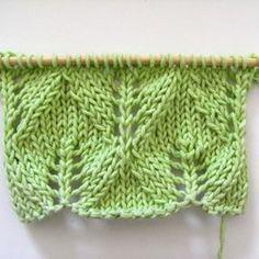 Le point de fougère est un point ajouré répandu. Le point se tricote sur un multiple de 12 + 3 mailles dont les 2 lisières.
