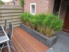 Foto: Kleine tuin met bestrating en hardhouten vlonder, naar ontwerp van Het Tuinleven. Geplaatst door HetTuinleven.com op Welke.nl