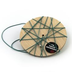 StringOut! Wheel Mint - Forma naścienna, która pozwala na przechowywanie drobnych przedmiotów często wykorzystywanych w miejscu pracy, w pokoju dziecięcym, w przedpokoju lub w kuchni. STRING OUT! może pomóc nam utrzymać porządek w miejscu, gdzie drobne przedmioty nie znalazły jeszcze swojego miejsca. Gumki pozwalają utrzymać przeróżne przedmioty takie jak: długopisy, ołówki, karty, notatki, notesy itp., które można łatwo i szybko przez nie zahaczyć lub przewlec. Prosta, estetyczna dekoracja…
