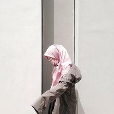 Manasih ini yang kiri ah susah banget. Modest Fashion Hijab, Casual Hijab Outfit, Ootd Hijab, Hijab Chic, Muslim Fashion, Muslim Girls, Muslim Women, Hijab Dpz, Hijab Collection