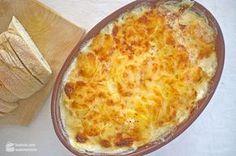 Manchmal sind es ja die einfachen Dinge, die so gut sind. Wie zum Beispiel ein feines Kartoffelgratin. Dünn gehobelte Kartoffeln, in Milch und Sahne gegart, versteckt unter einer feinen Käsekruste.Schlicht, einfach und ohne Schnörkeleien. So mag ich das. Dieses Kartoffelgratin gab es bei uns zum Osteressen. Das Hauptgericht: Ein