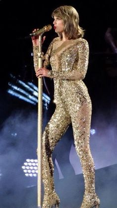 """Taylor Swift singing """"Out Of The Woods"""" at the 1989 Tour in Chicago Taylor Swift Singing, Taylor Swift Hot, Taylor Swift Style, Lady Gaga, Swift Tour, Taylor Swift Pictures, Taylors, Stage Outfits, Celebs"""